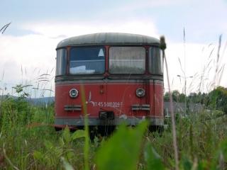 """Trauriger Rest einer einst stolzen Zuggarnitur. Vor gar nicht allzulanger Zeit standen hier sogar noch 2 Züge. Der """"Rote Blitz"""" war weit über die Grenzen der Steiermark hinaus bekannt."""
