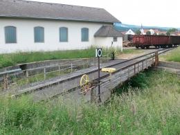 Eine alte handbetriebene Drehscheibe, die zum Umsetzen der Lokomotiven diente. Diese Drehscheibe wird beim Einsatz von Sonderfahrten, die mit alten Dampfloks durchgeführt werden, verwendet.